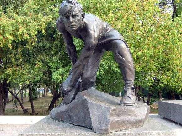 Описание скульптуры Ивана Шадра «Булыжник   оружие пролетариата»