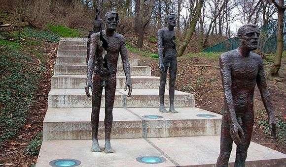 Описание памятника жертвам коммунизма в Праге