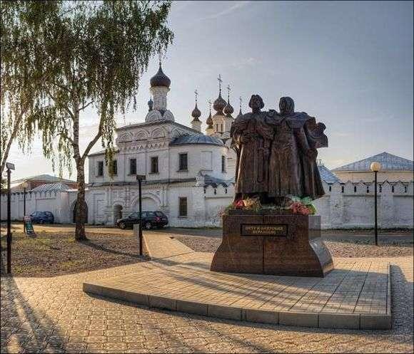 Описание памятника «Петр и Феврония Муромские» в Муроме