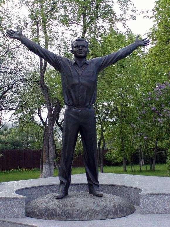 Описание памятника Юрию Гагарину в Калуге